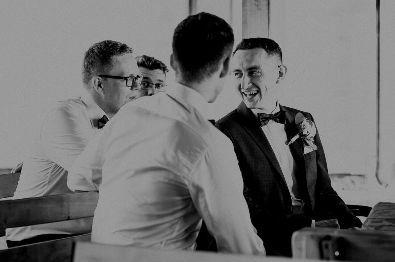 pan młody i koledzy rozmawiający na weselu w lesie