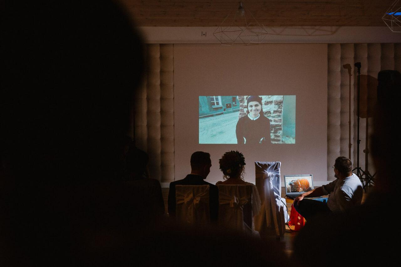 para młoda i goście oglądający pokaz slajdów