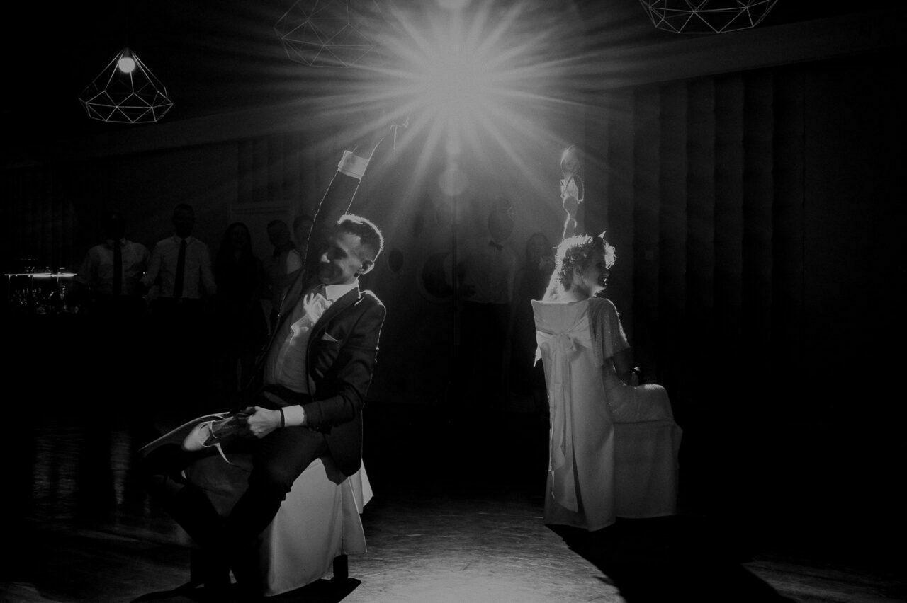 test zgodności - para młoda podczas weselnej zabawy