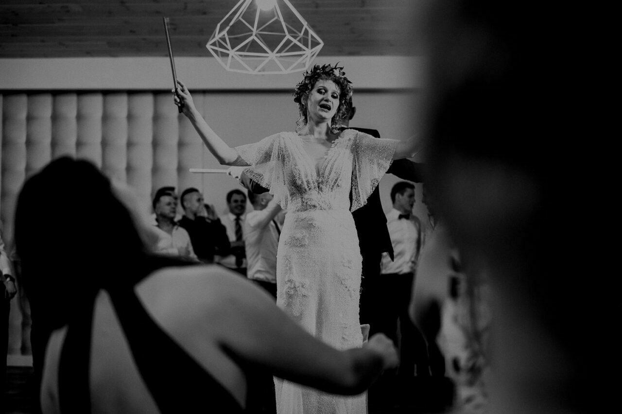 panna młoda podczas weselnych zabaw