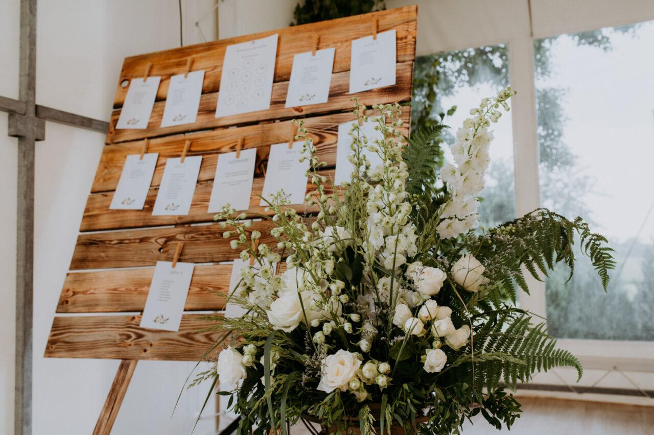 dekoracyjna tablica z listą gości