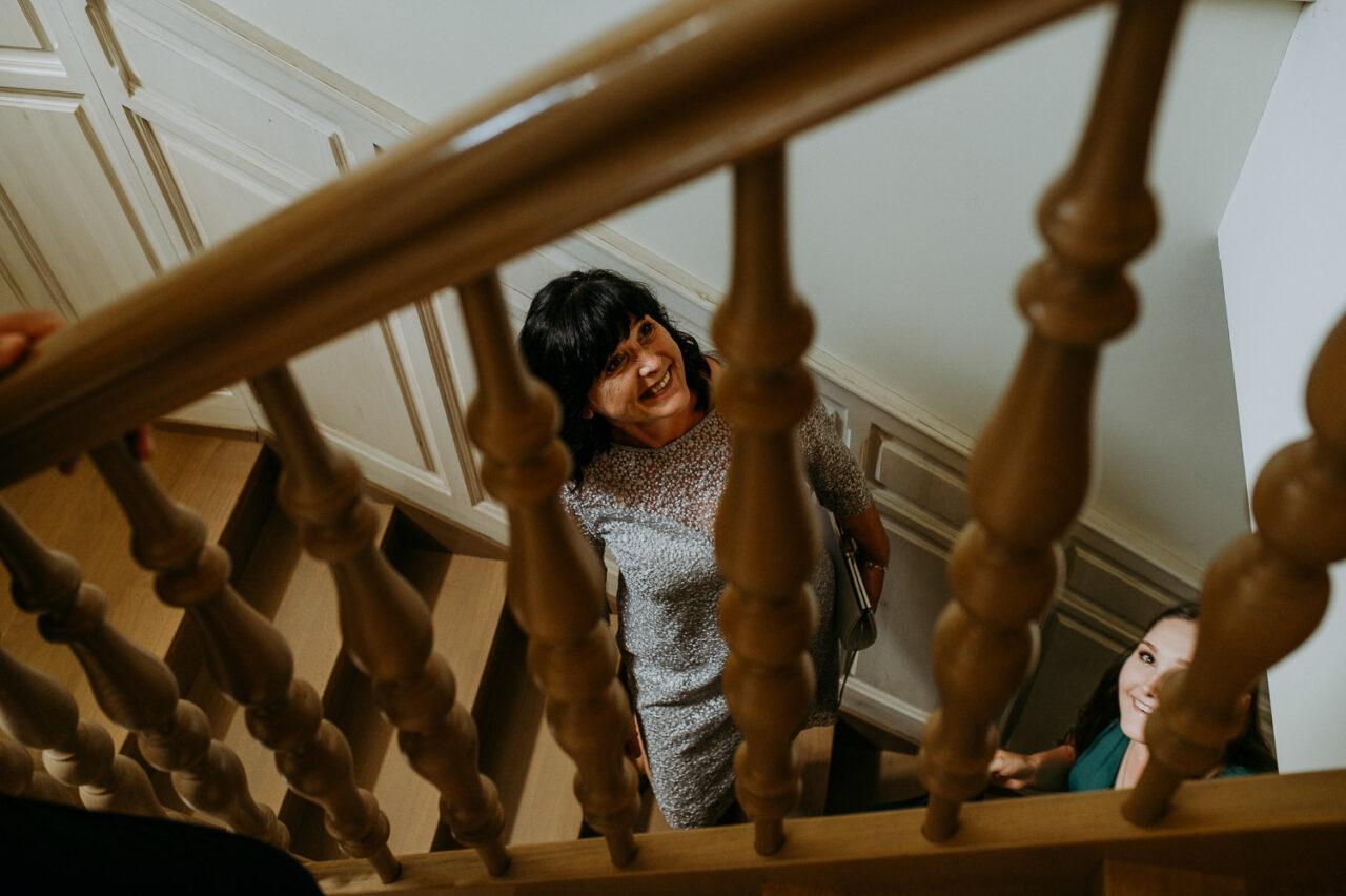 portret uśmiechniętej kobiety na schodach drewnianych