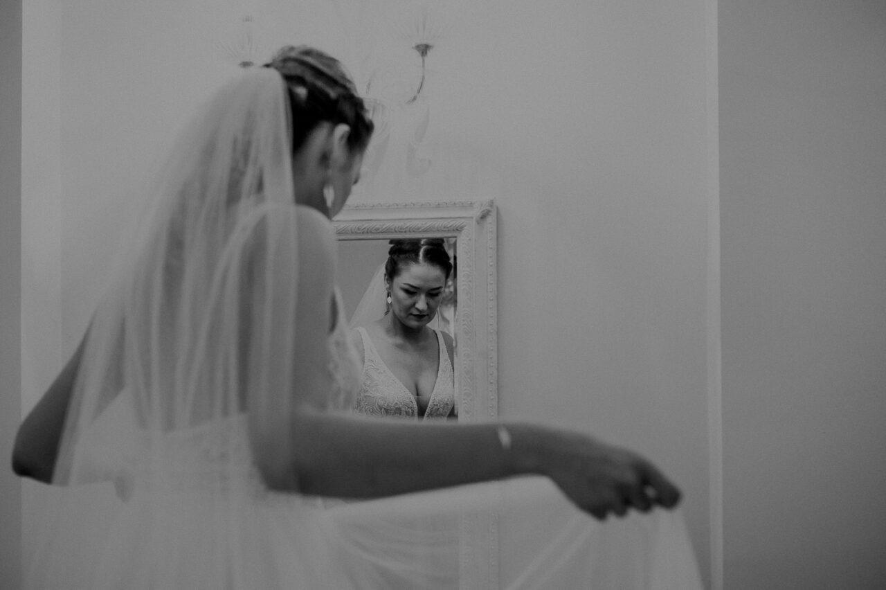 panna młoda ogląda się w lustrze