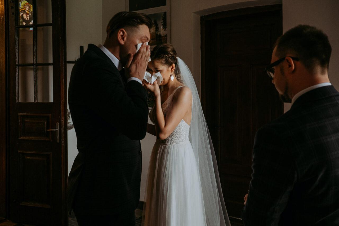 para młoda płacze przed ślubem