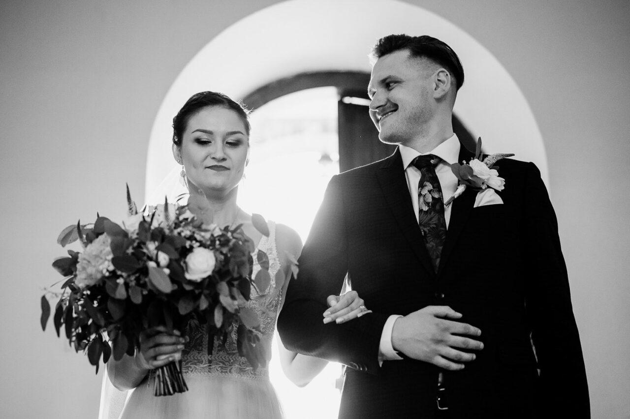 para młoda idzie ramię w ramię do ślubu