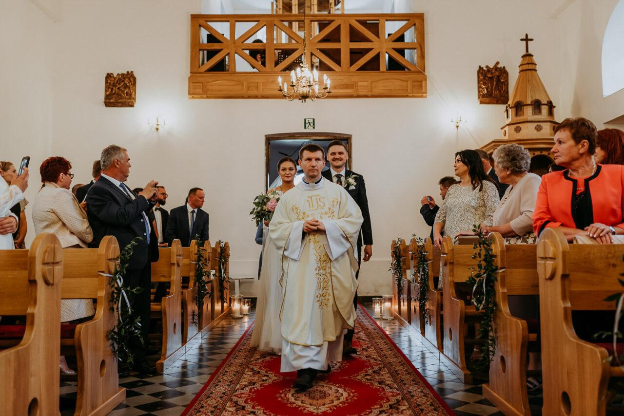 pra młoda idzie z księdzem na ślub