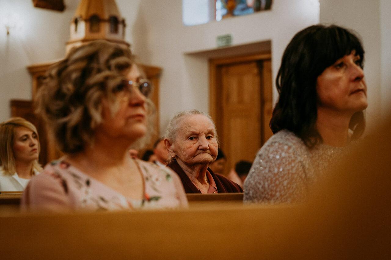 babcia i goście weselni w kościele