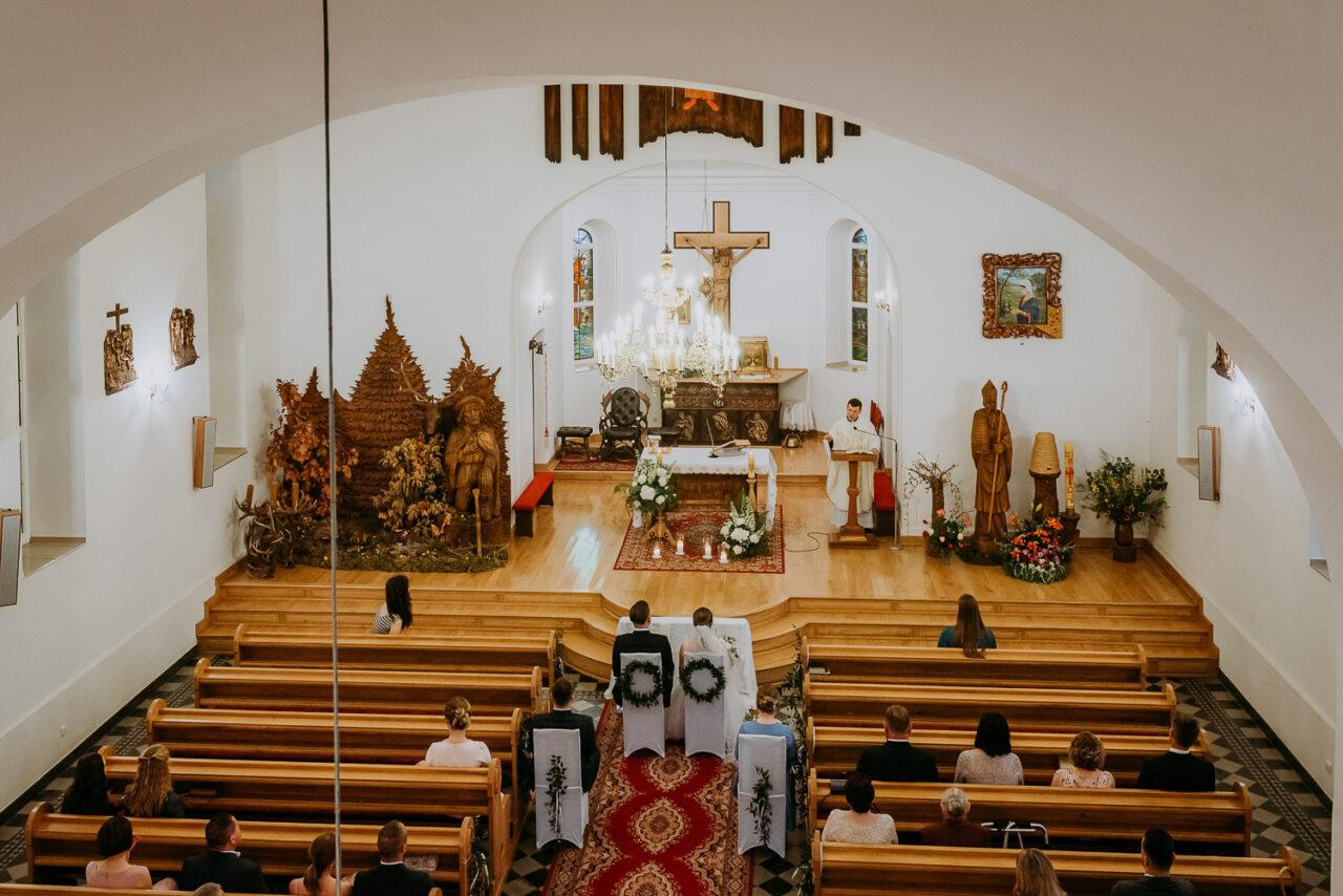 widok na wnętrze leśnego kościoła w Suchawie