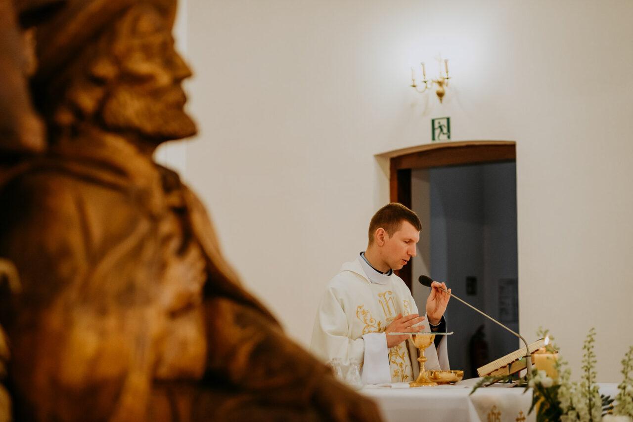 ksiądz odprawiający mszę ślubną w Suchawie