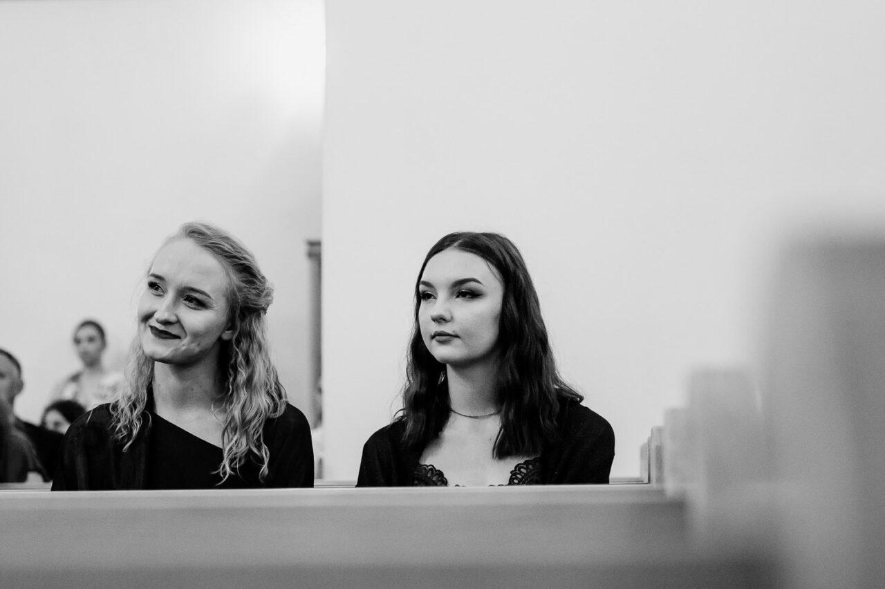 dziewczyny podczas mszy świętej