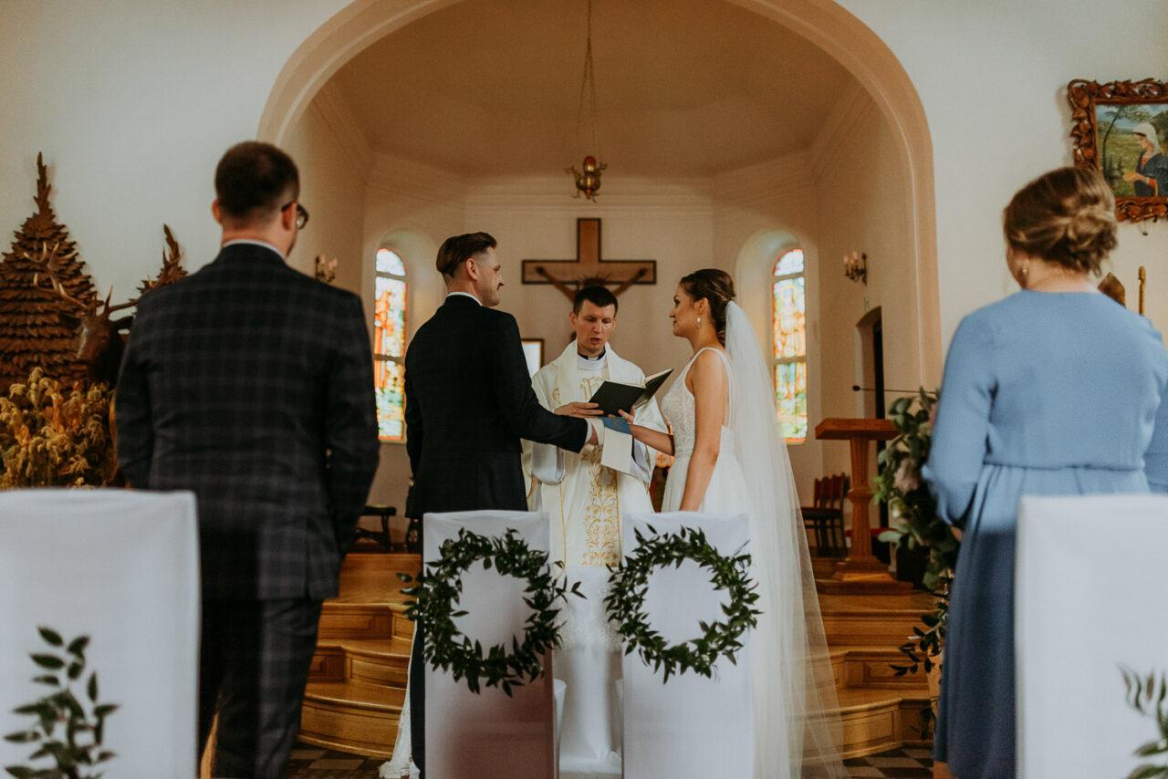przysięga ślubna młodej pary w kościele