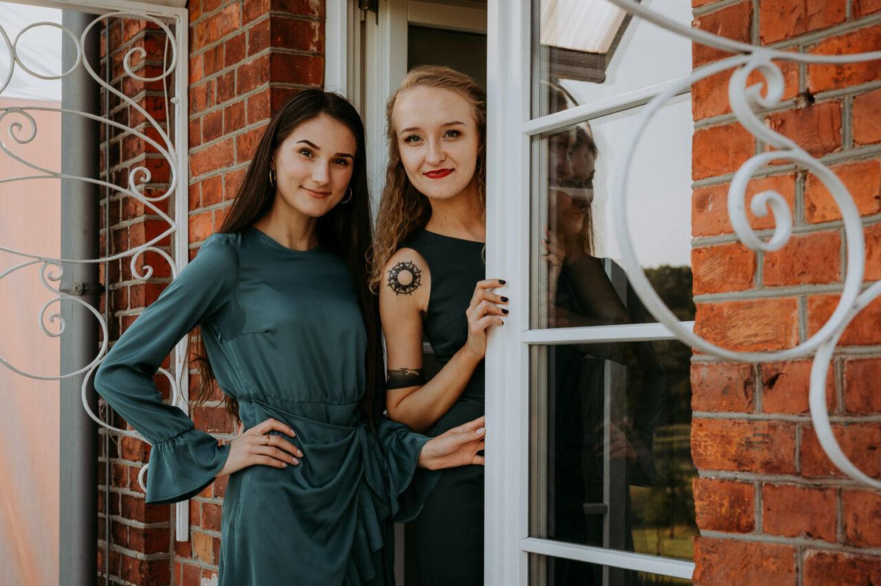 dziewczęta wyglądające zza drzwi
