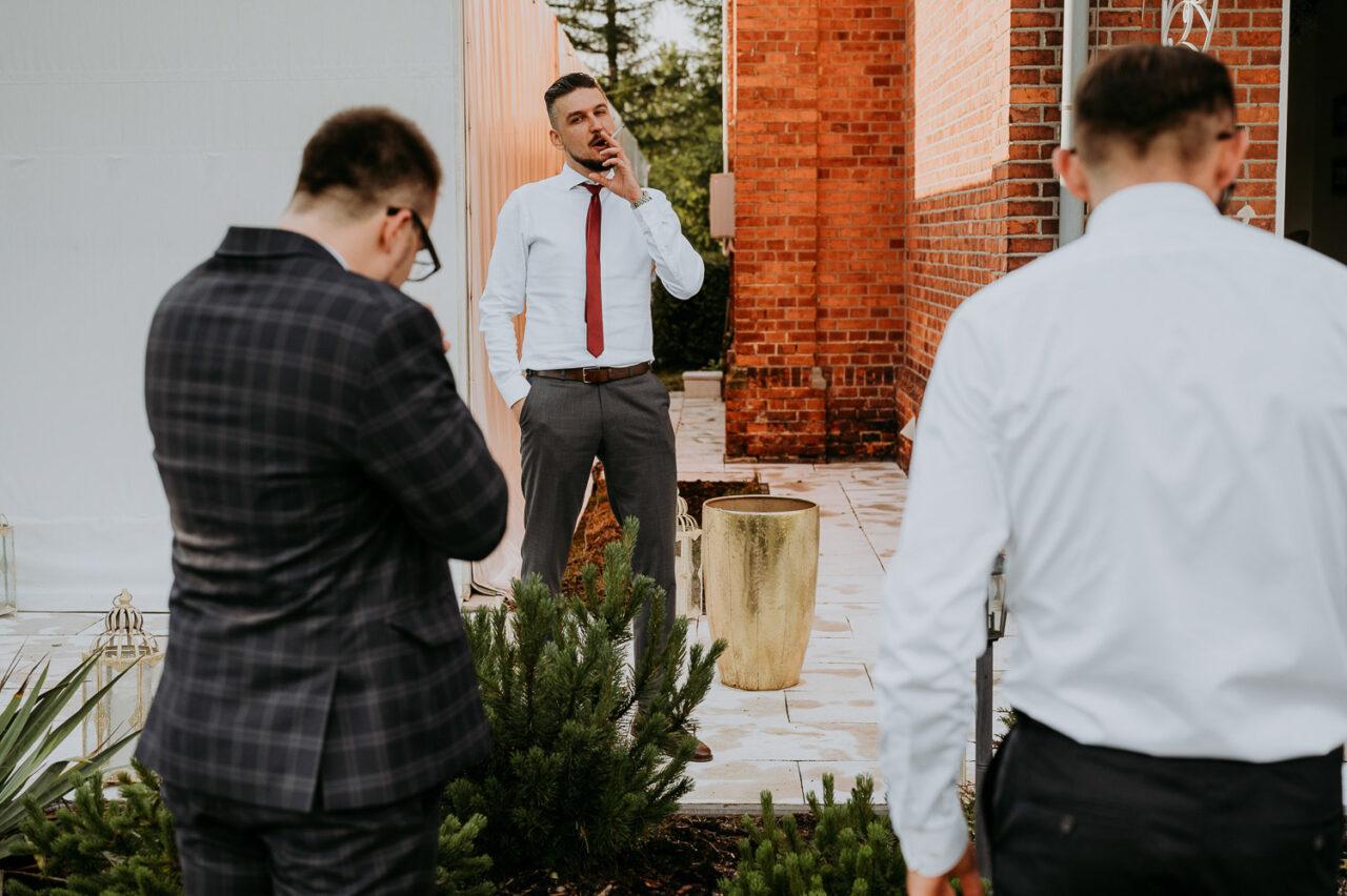 mężczyźni palący papierosa