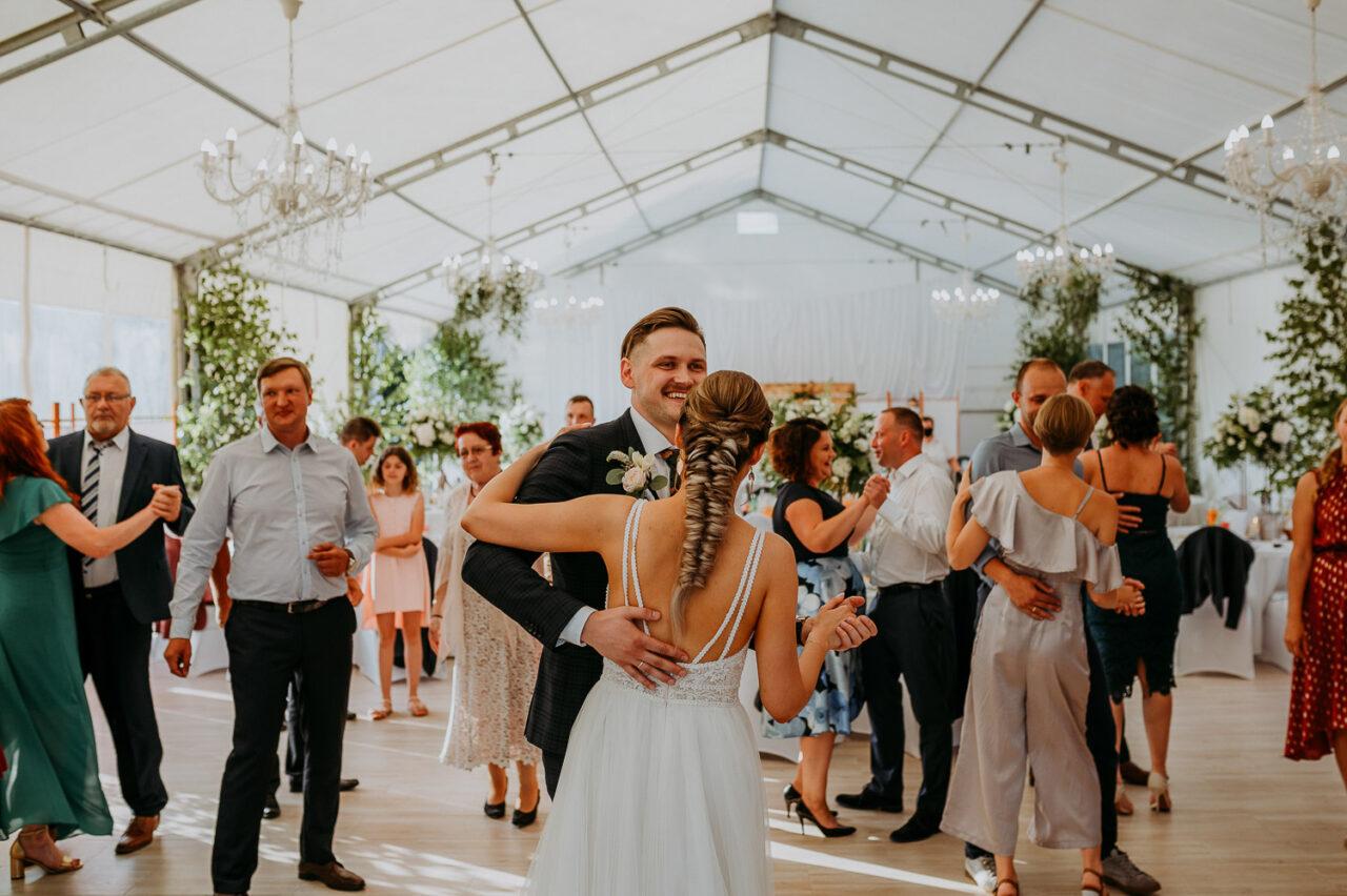 zabawa weselna pod namiotem