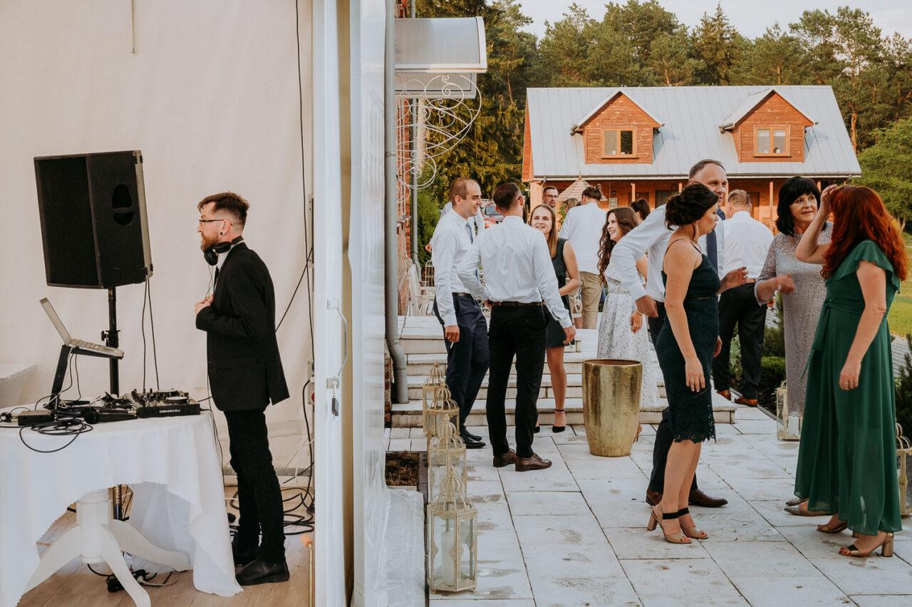DJ, goście i wesele w namiocie