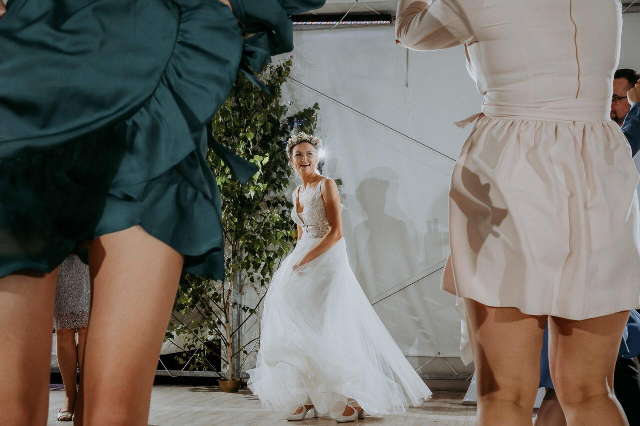 wesele w namiocie i tańcząca panna młoda