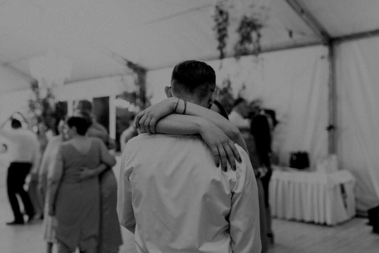 para się przytula na weselu w namiocie