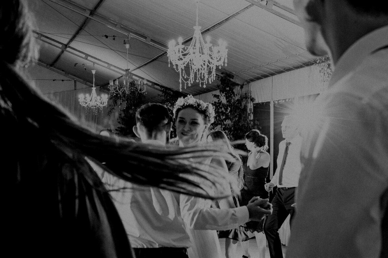 rozwiane włosy i goście na weselu pod namiotem