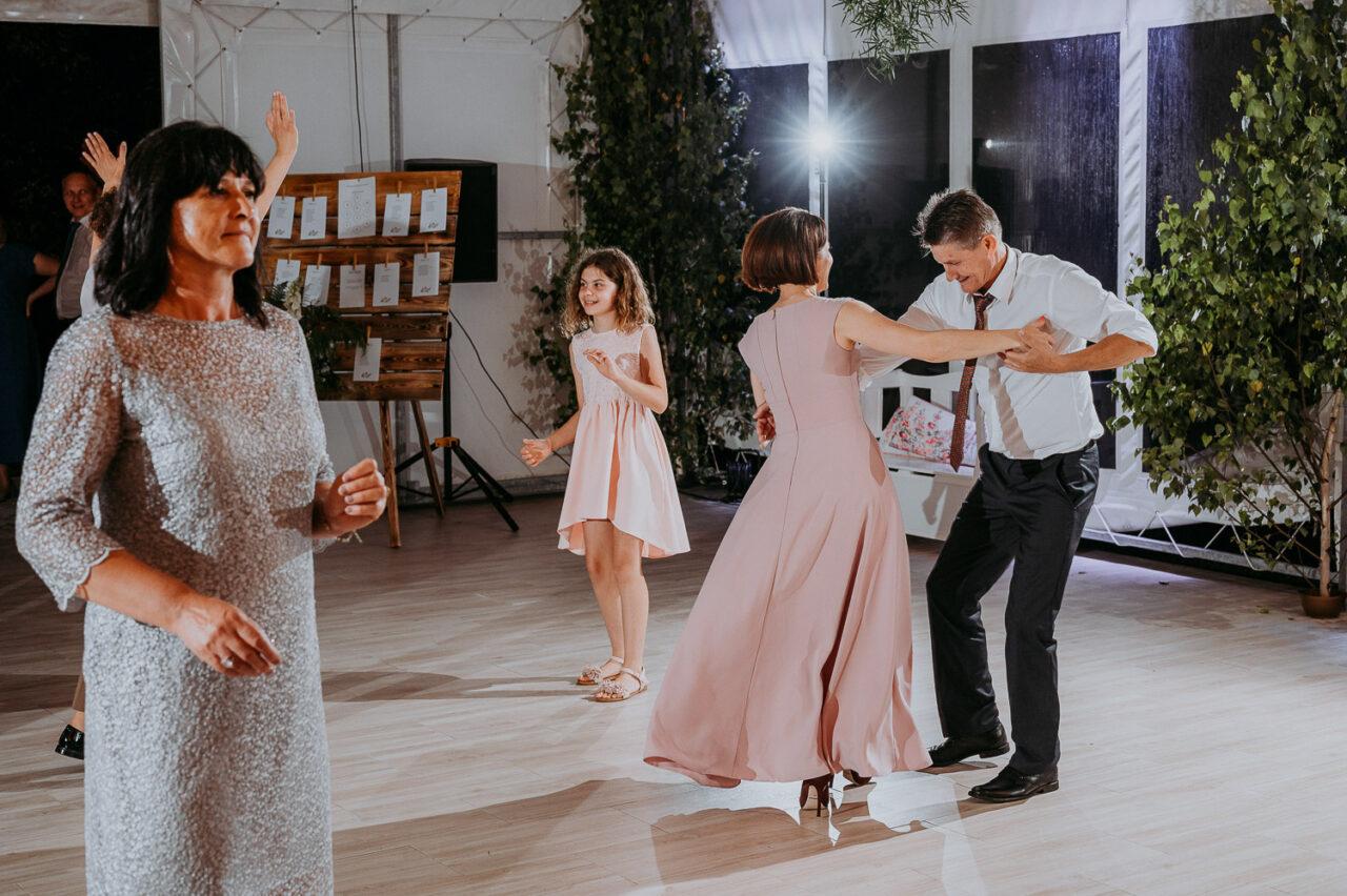 goście tańczą na weselu w namiocie