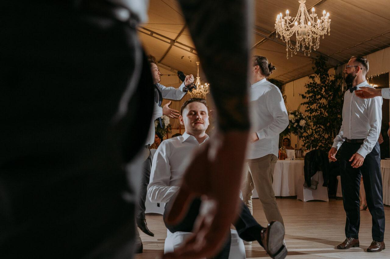 pan mody rzuca krawatem na weselu w namiocie