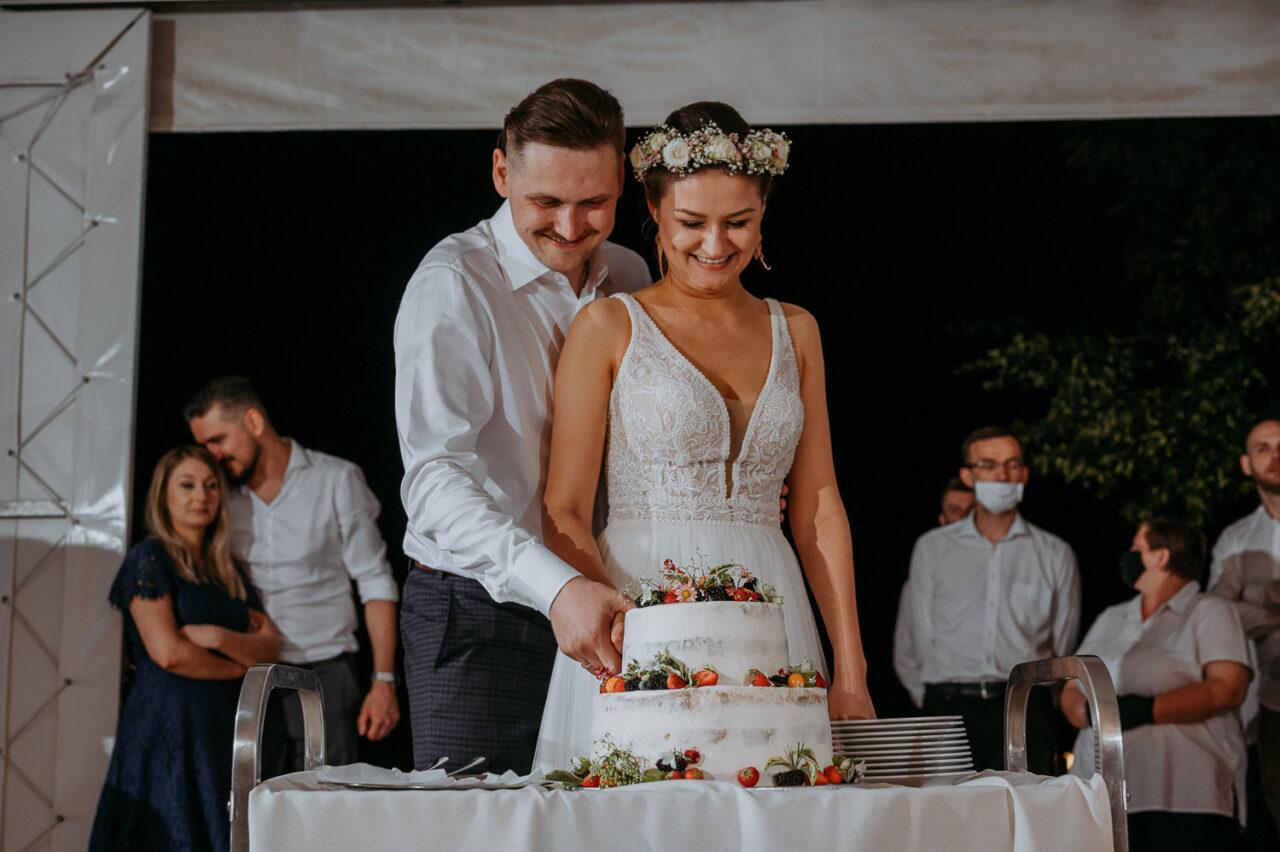 para młoda kroi weselny tort