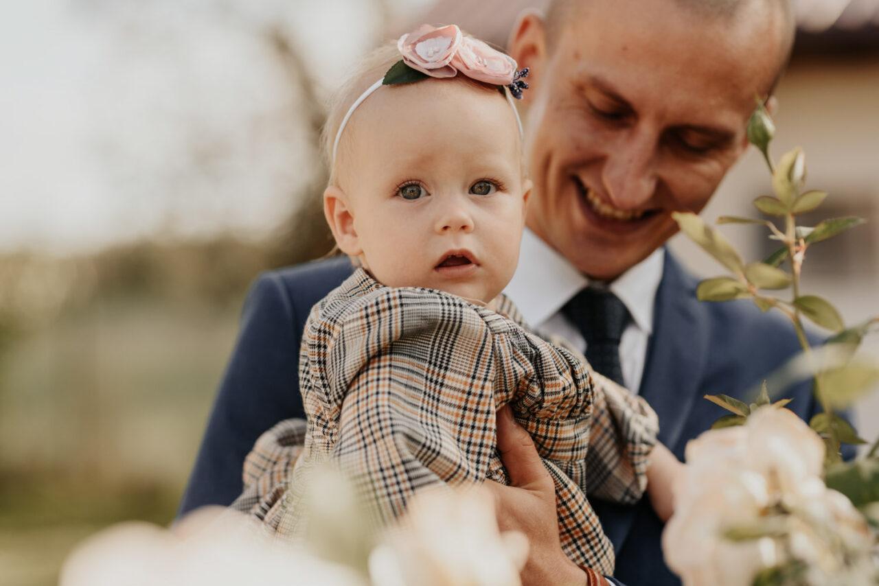 portret zaskoczonej dziewczynki i jej ojca