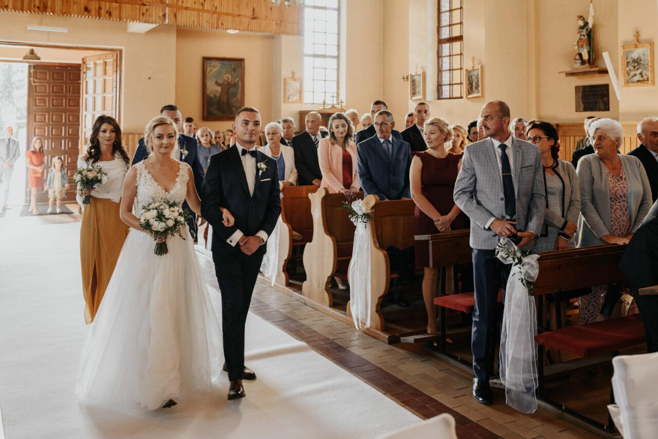 para młoda idzie na ślub w kościele