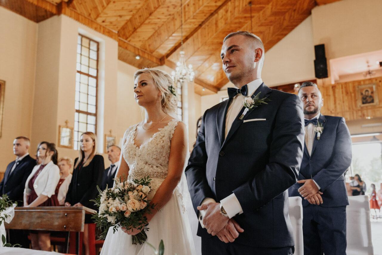 para młoda przed przysięgą ślubną