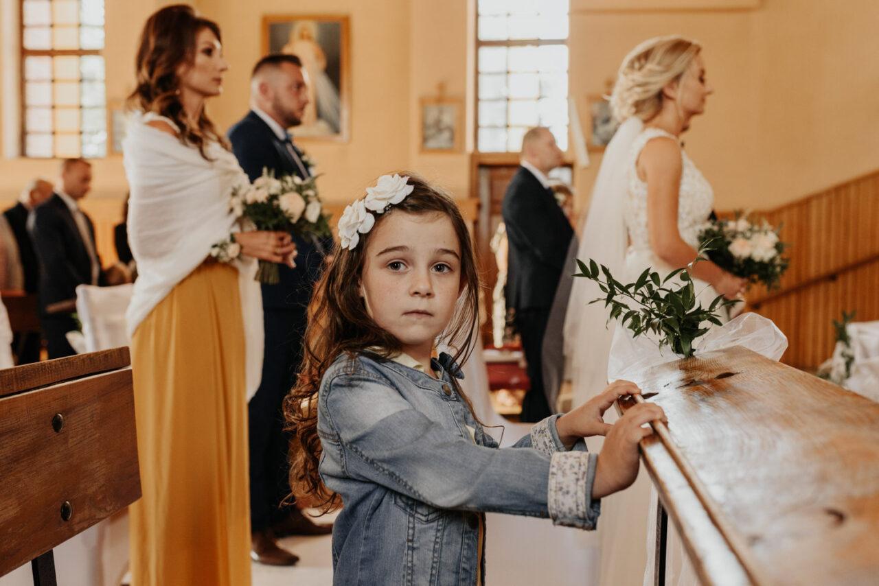 portret dziewczynki w kościele