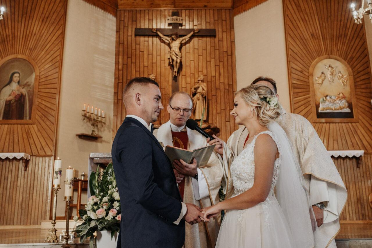 para młoda ślubująca miłość w kośćiele