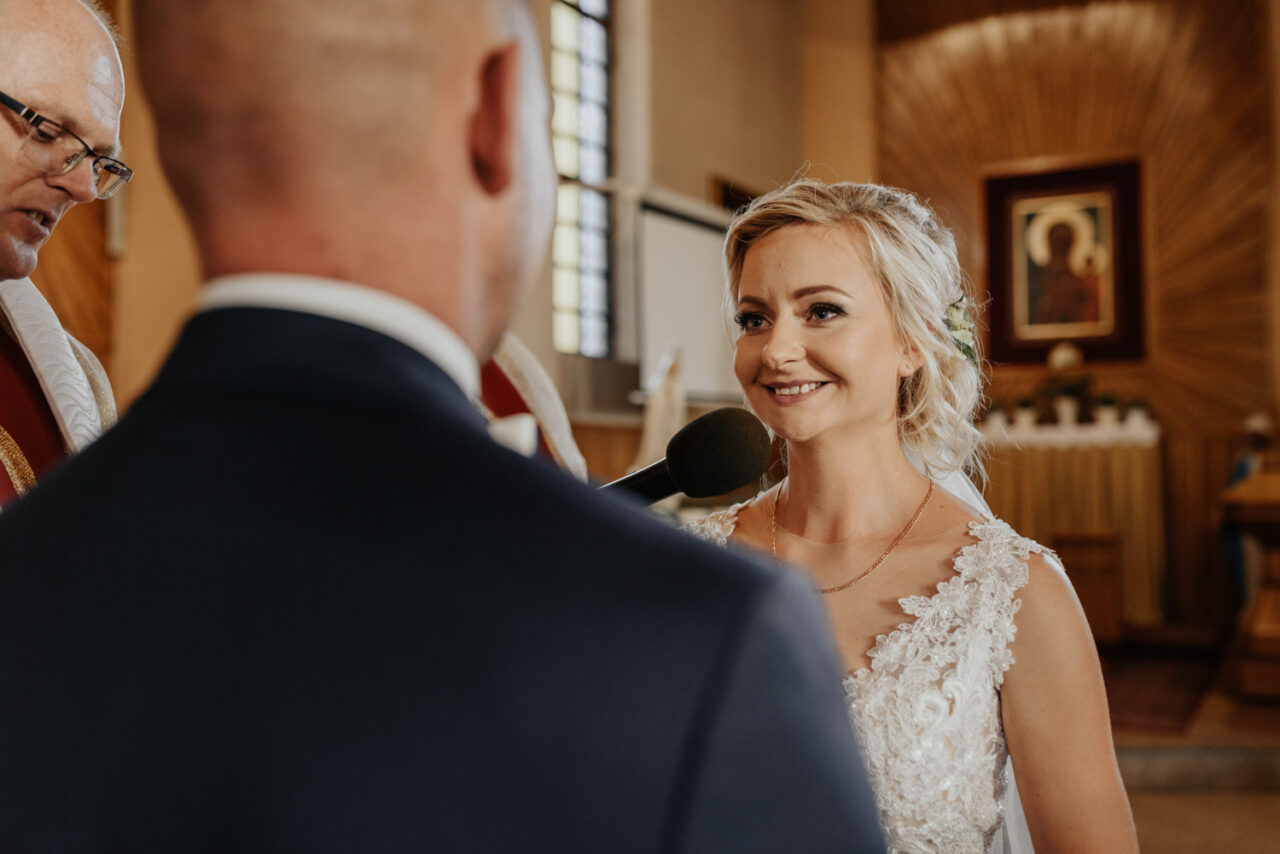 panna młoda podczas przysięgi ślubnej