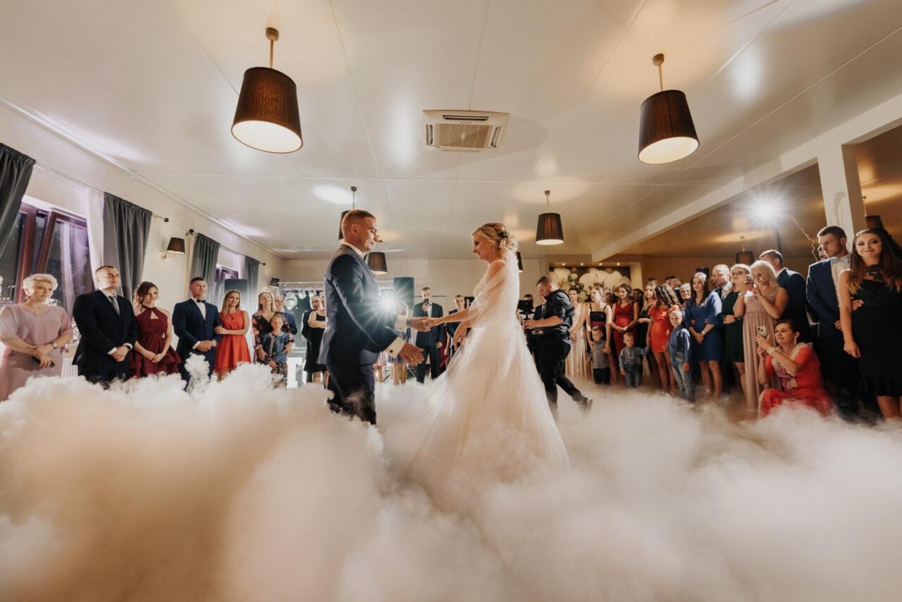 pierwszy taniec pary młodej w chmurach