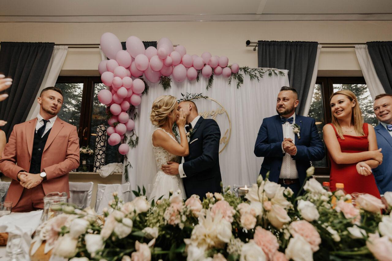 wesele w okolicy Lublina - pocałunek młodej pary