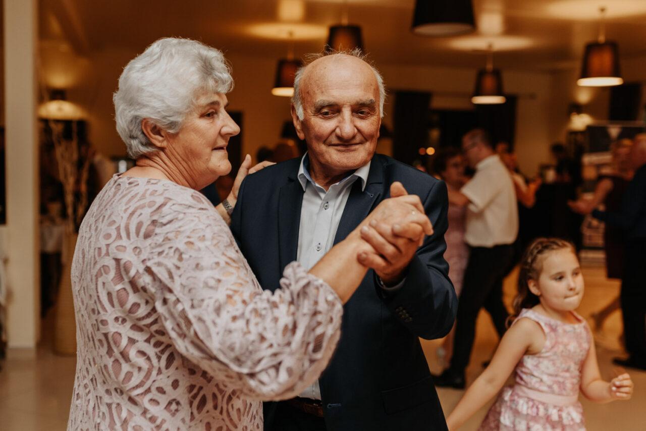 dziadkowie tańczący na weselnym parkiecie