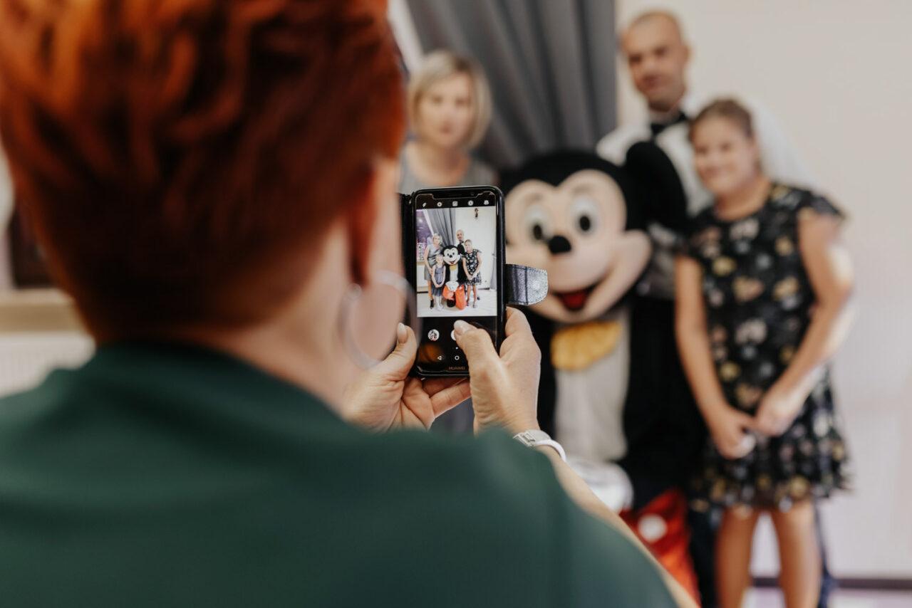 kobieta fotografująca gości weselnych
