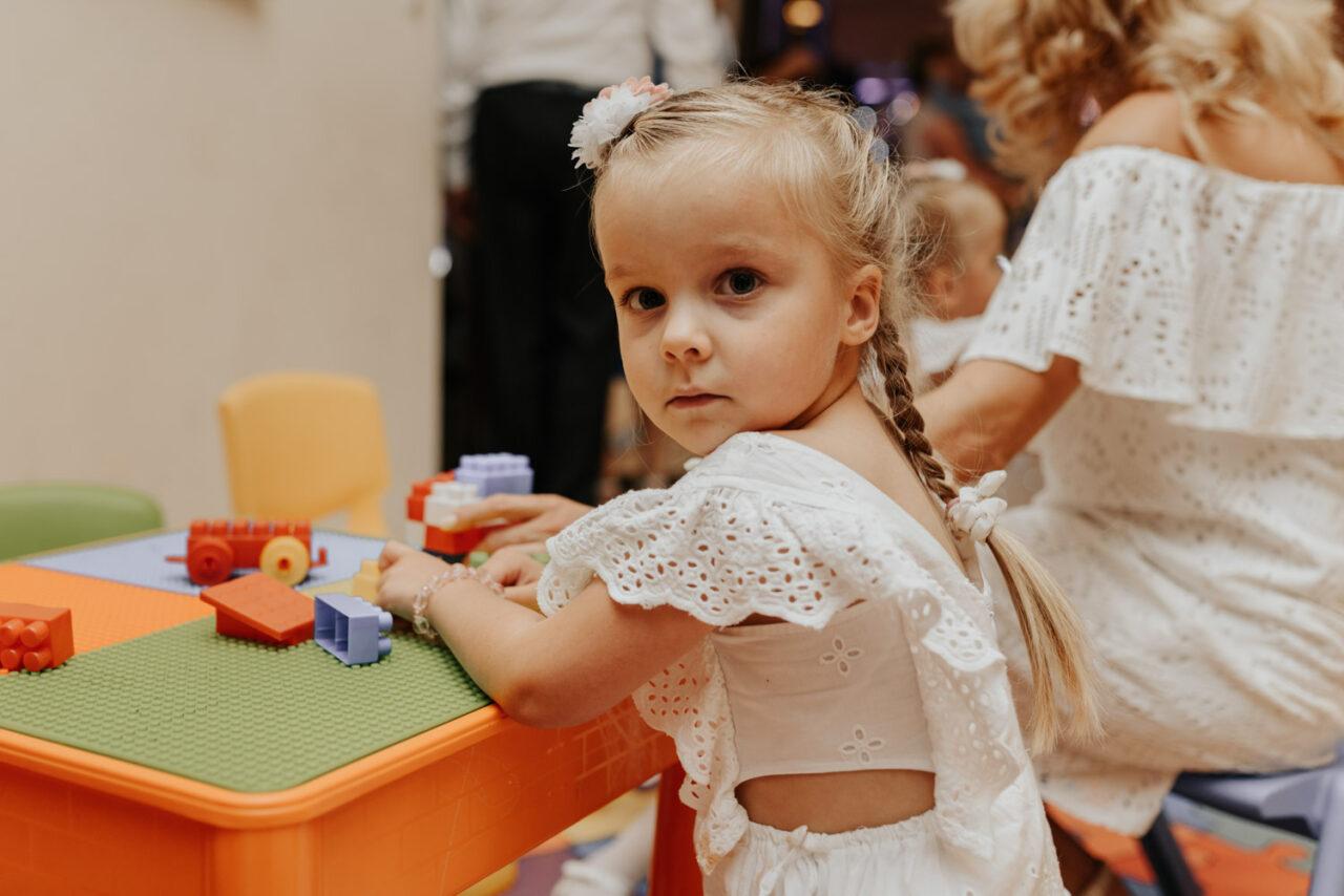 portret dziewczynki bawiącej się na weselu