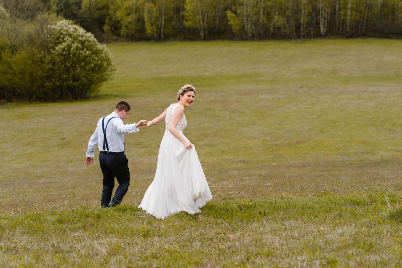 para młoda biega po polanie