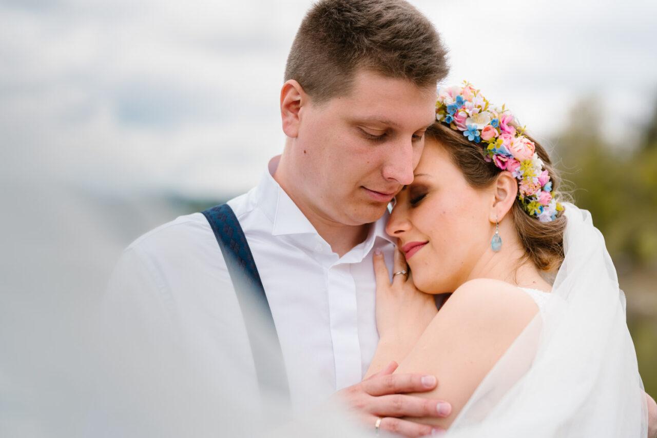 panna młoda przytula się do męża