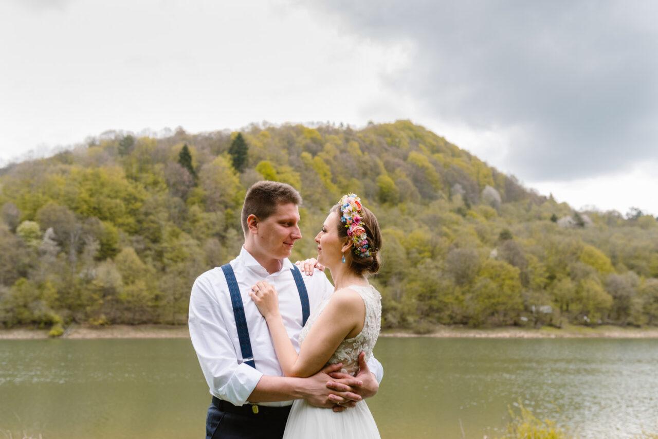 zdjęcia ślubne w Bieszczadach - para młoda nad Soliną