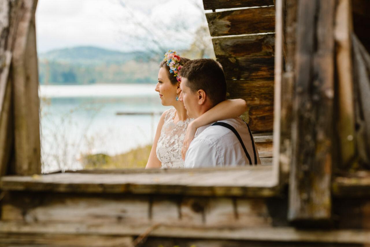 para młoda wpatruje się w jezioro solińskie