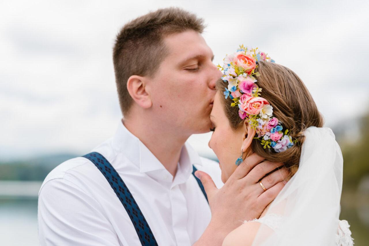 pan młody całuje żonę w czółko