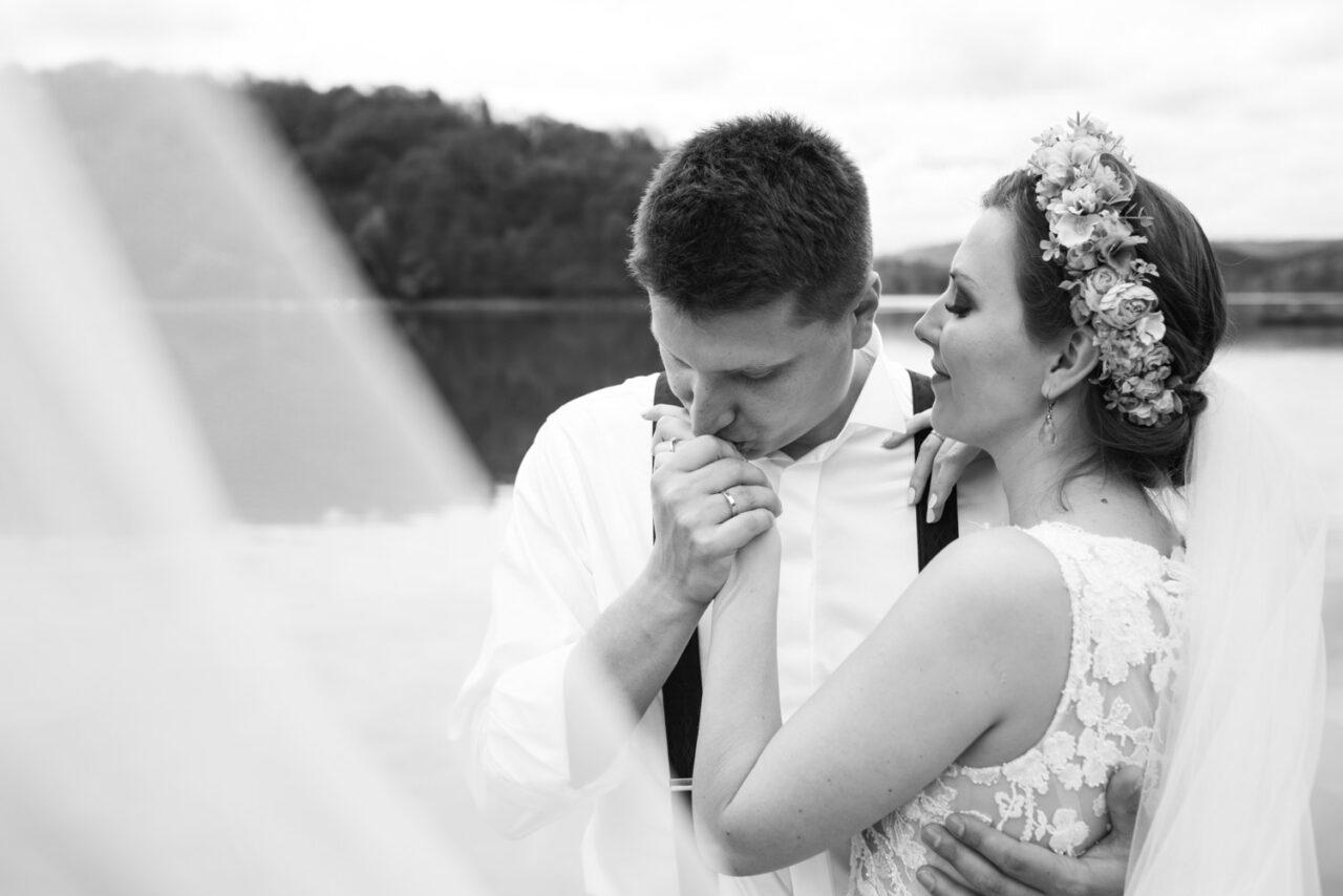 zdjęcia ślubne w Bieszczadach - pocałunek nad Soliną