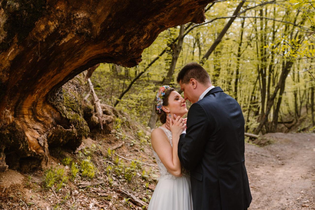 para młoda całuje siępod drzewami bieszczadzkich lasów