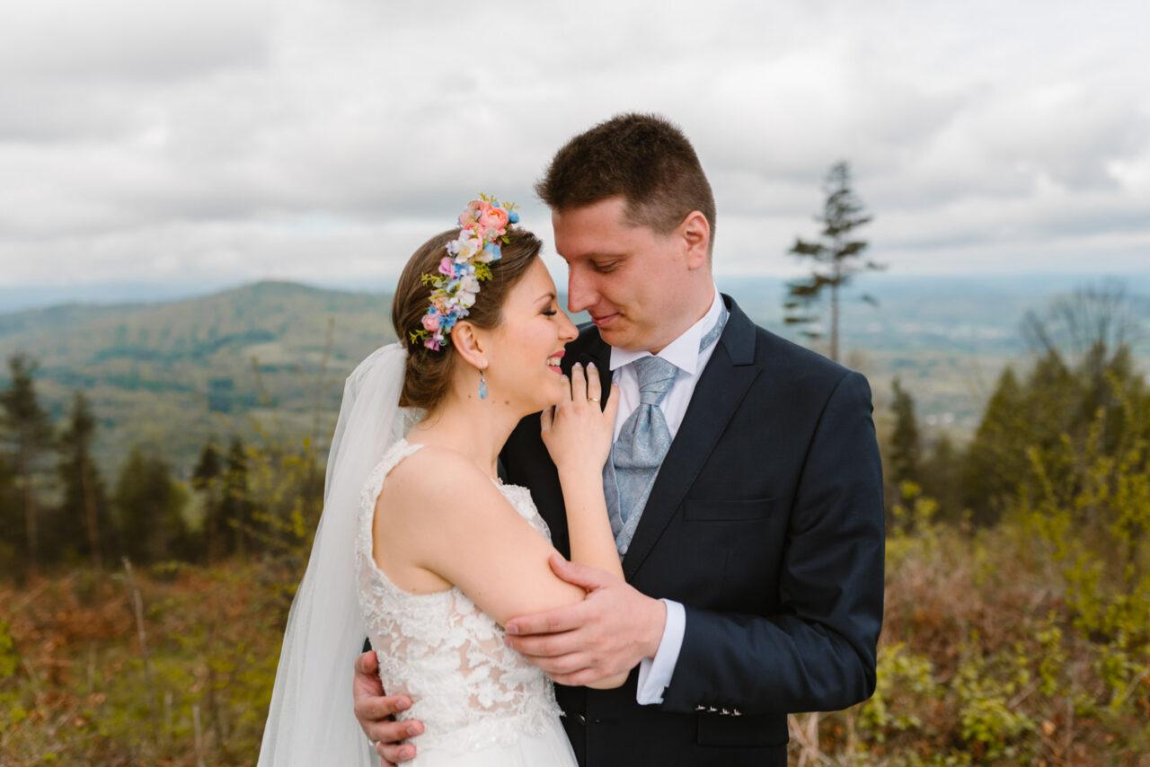 zdjęcia ślubne w Bieszczadach - młoda para