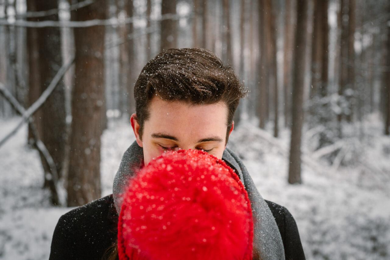 portret chłopaka i dziewczyny w zaśnieżonym lesie