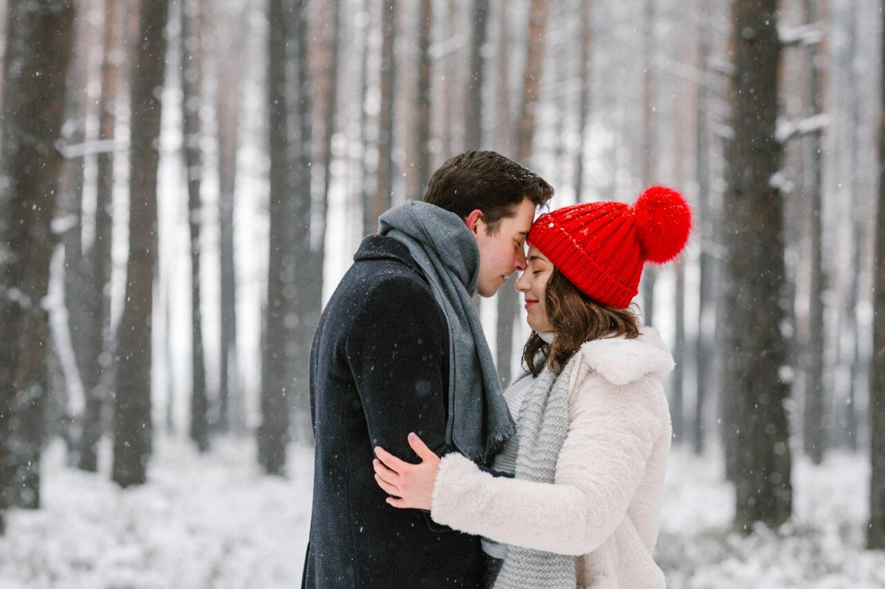 para przytula się w zimowym lesie