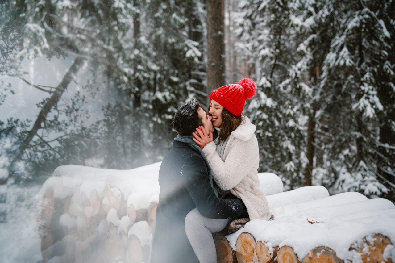 zakochana para na tle zimowego lasu
