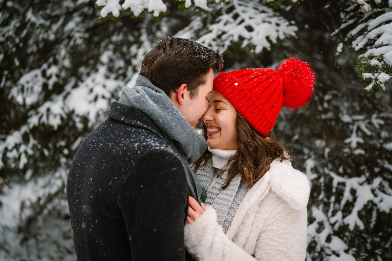 radosna para zakochanych w lesie zimą