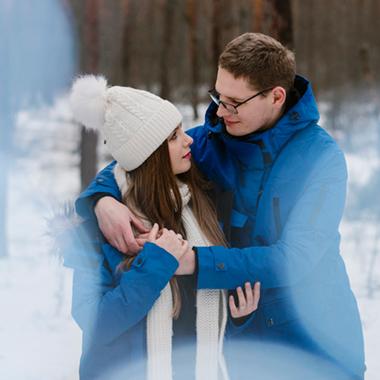 para narzeczonych przytula się w zimowym lesie