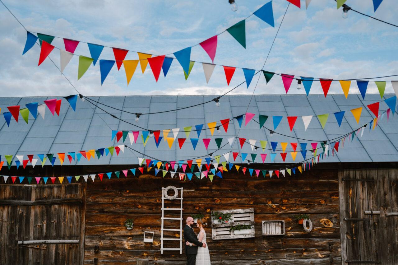 para młoda w rustykalnym otoczeniu stodoły